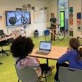 Marco Reijne, fietsdynamica expert TU Delft, vertelt basisschool leerlingen alles over de Olympische baanfiets